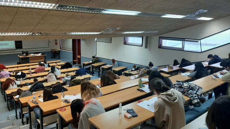 Alumnos realizan un examen en la Facultad de Comunicación de la UMU