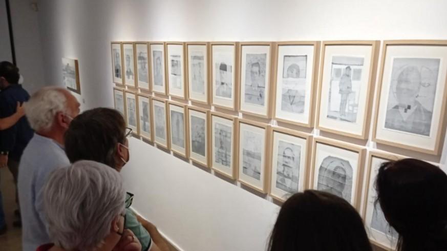 Un grupo de personas contemplan las obras de Gómez Rivelles. PIÑERO