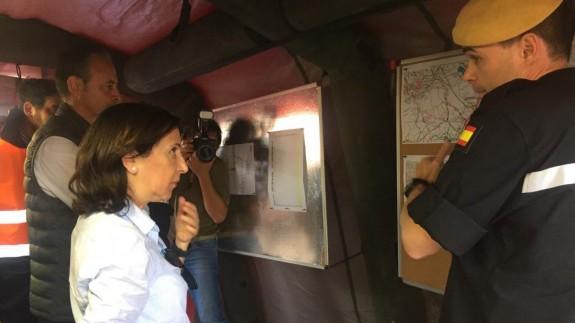 La ministra, junto al consejero Javier Celdrán, atiende a las explicaciones de la UME