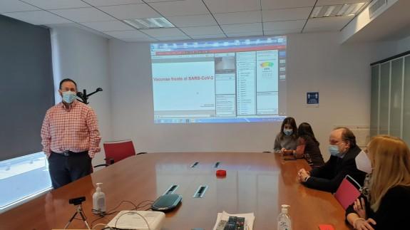 Jaime Pérez (de pie) en el primer curso de formación sobre la vacuna de la Covid-19 para personal sanitario. ORM