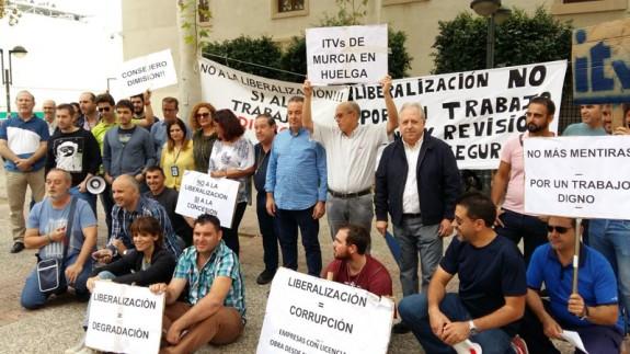 Concentración de los trabajadores de las ITV frente a San Esteban, sede del Gobierno regional
