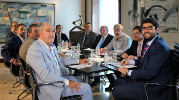 Representantes de organizaciones agrarias, productores y exportadores con el presidente Fernando López Miras