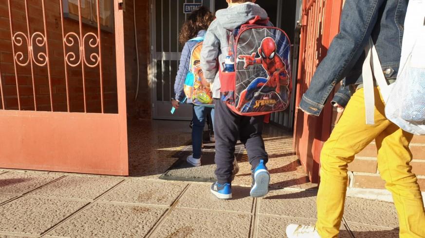 Niños entrando en fila a colegio. ORM