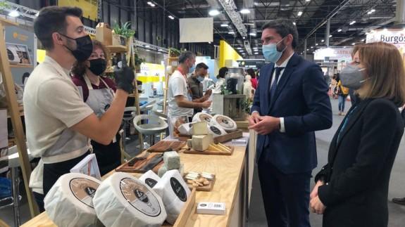 Antonio Luengo visita la muestra de productos de la Región por el Salón Gourmets. CARM