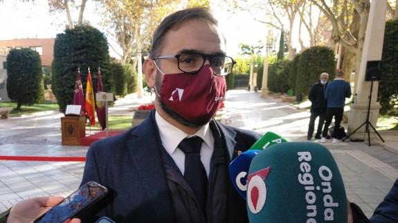 Diego José Mateos atendiendo a los medios de comunicación. ALFONSO MARTÍNEZ