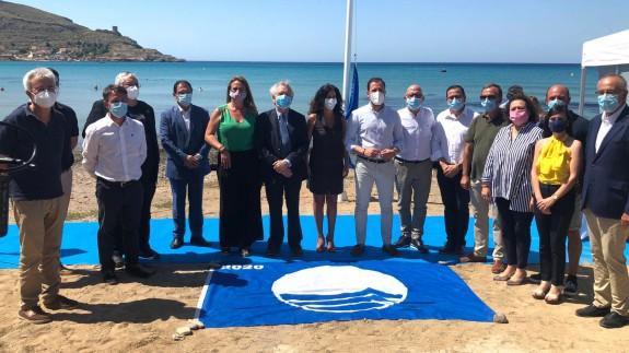 La playa cartagenera de La Chapineta luce por primera vez la Bandera Azul