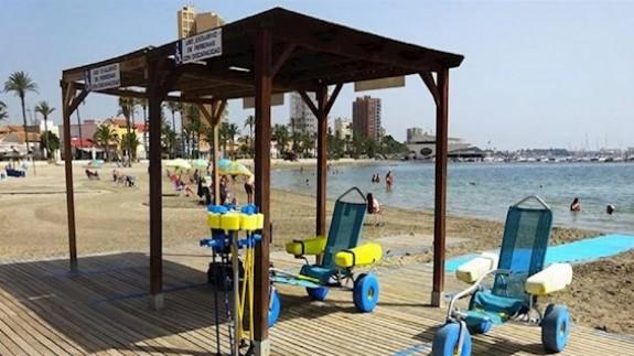 MIRANDO AL MAR. Las playas accesibles descienden a 12 por el coronavirus, según FAMDIF