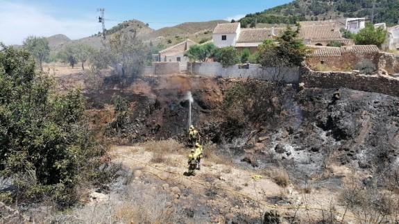 Bomberos refrescando la zona afectada por el incendio. D.G MEDIO NATURAL