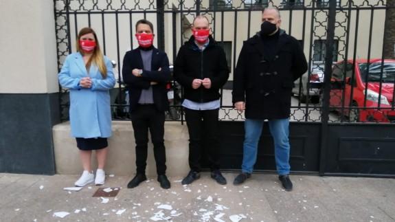 Los hosteleros 'rompen los platos' ante la Delegación del Gobierno