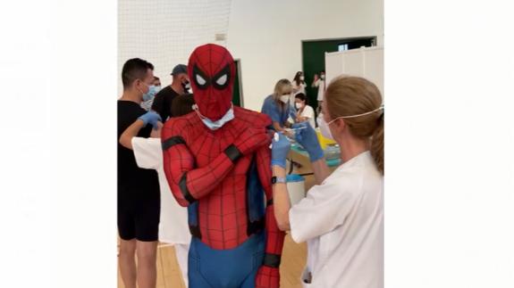 'Spiderman' se vacuna en Totana