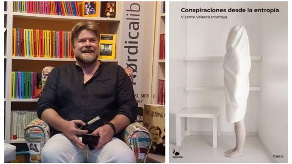 Vicente Velasco junto a la portada de su libro