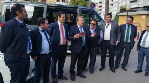 Valverde entrega los primeros distintivos regionales para los vehículos de transporte con conductor