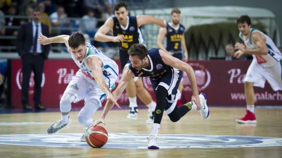 Álex Urtasun lucha por un balón en un partido anterior