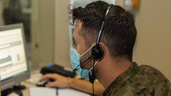 Rastreador del Ejército realizando tareas de seguimiento a los brotes de COVID