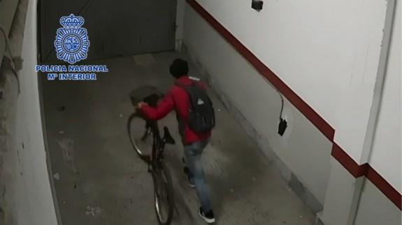 Imagen de la cámara de seguridad en la que se ve al ladrón robando una bicicleta en un garaje