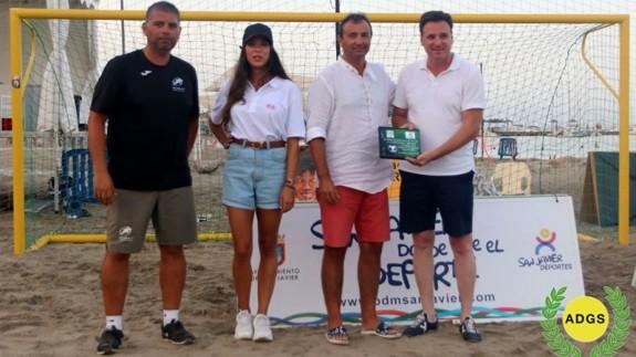 Lázaro Galindo, en la imagen tercero por la izquierda, entrega uno de los trofeos de fútbol playa