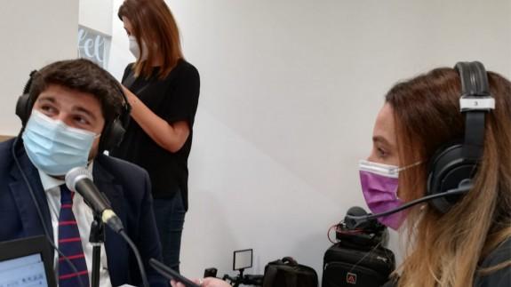 López Miras, entrevistado por Silvia Mateo en Fitur.