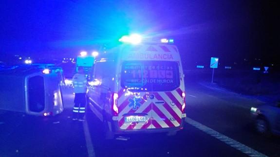 Los servicios de Emergencias atendiendo el accidente