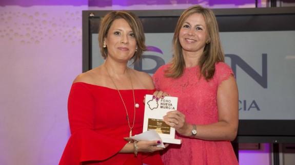 Montserrat Mouriño (a la izquierda) recogiendo un premio en el Foro Nueva Murcia