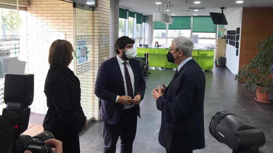 Molina Boix ayer junto a López Miras e Isabel Franco en la sede de la asociación