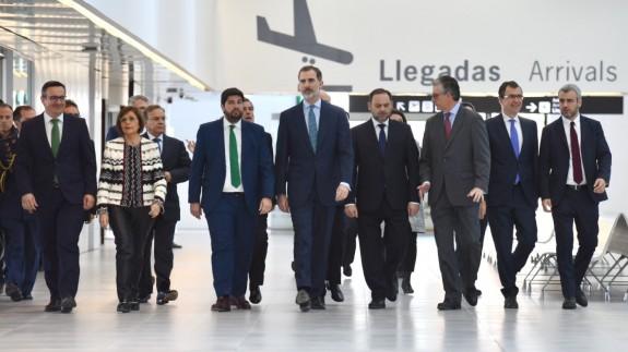 El Rey junto a las autoridades a su llegada al aeropuerto