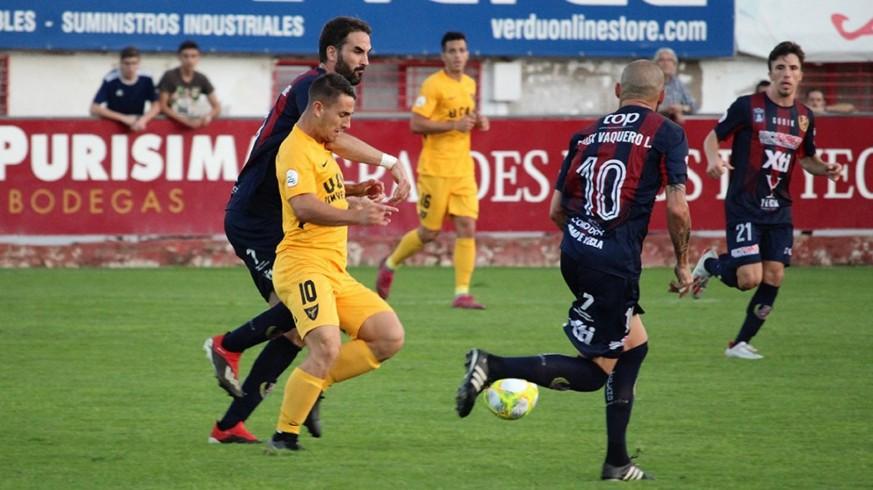 Manu Justo pelea un balón con Iker Torre. Foto: UCAM Murcia CF