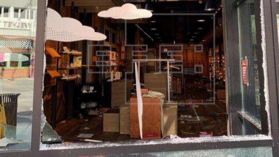 Negocio afectado por disturbios ocurridos en la noche del domingo, en Chicago (EE.UU.). EFE/Anne Fields
