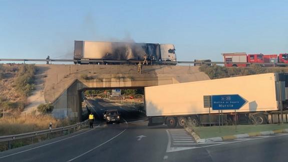 Desvían el tráfico en la A-30 dirección Murcia por el incendio de un camión