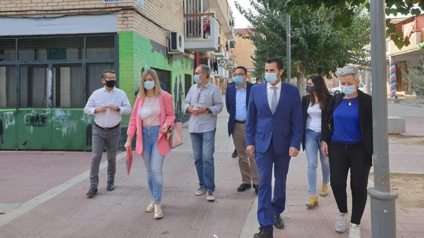Paqui Pérez y Mario Gómez visitando el barrio de Los Rosales de El Palmar. ORM