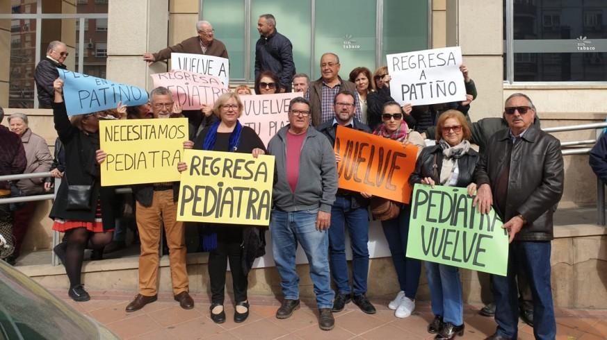 Vecinos de Patiño protestan en la Consejería de Salud. ORM