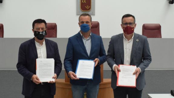 Juanjo Molina, Joaquín Segado y Diego Conesa con las enmiendas presentadas