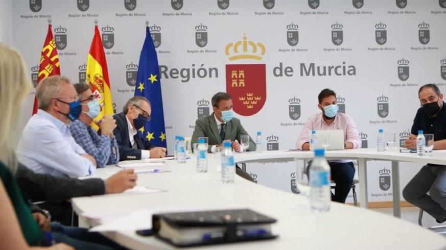 El consejero Marcos Ortuño, reunido con los bodegueros