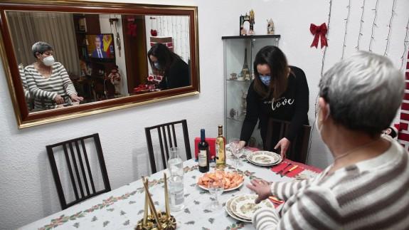 Una mujer junto a su hija preparan la cena de Nochebuena