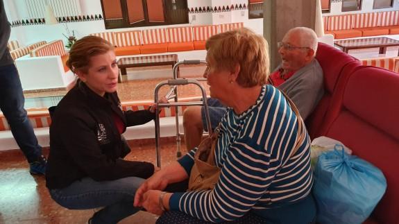 La alcaldesa Esther Clavero charla con varios realojados en el CIFEA en la noche de las inundaciones