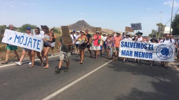 Marcha de los vecinos de Los Urrutias hacia la plaza de la iglesia