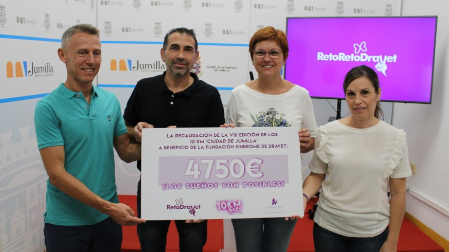 Los padres de Israel recogiendo la recaudación de una prueba deportiva solidaria