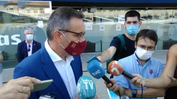 Conesa atiende a los medios en Lorquí