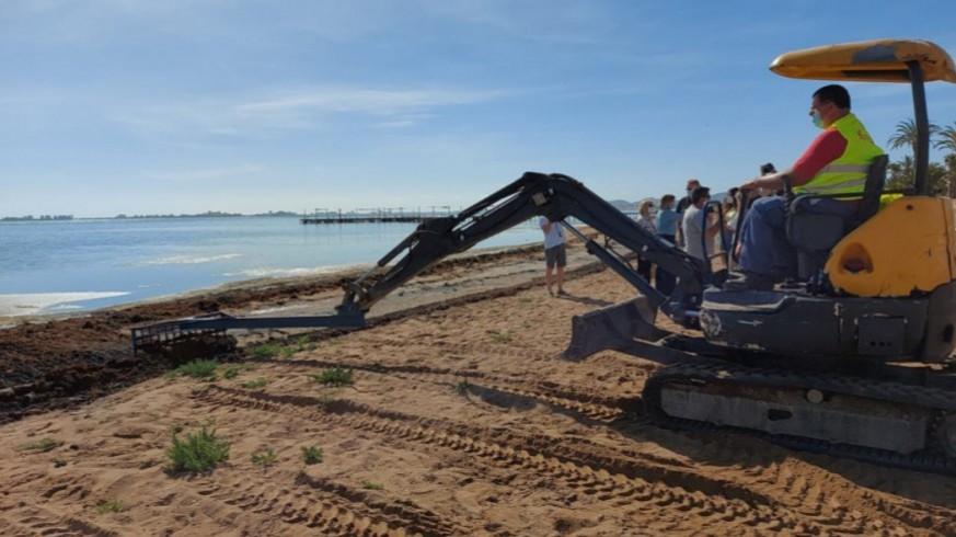 Excavadora retirando fangos de la playa de Estrella de Mar. ORM
