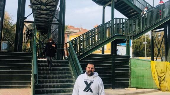 Antonio Hernández, frente a la pasarela del paso a nivel de Santiago el Mayor