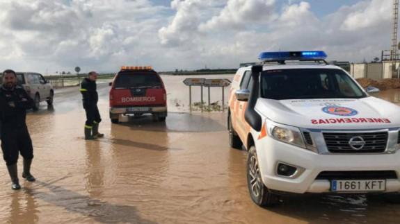 Corte de vía provocada por el desbordamiento de una rambla en Los Alcázares