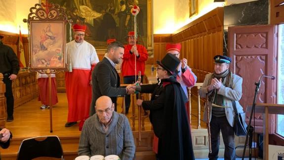 El Alcalde de Caravaca, José Francisco García, entregando el bastón de mando al 'Alcalde de Inocentes'