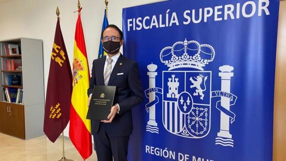 Díaz Manzanera con la memoria de la Fiscalía correspondiente a 2020