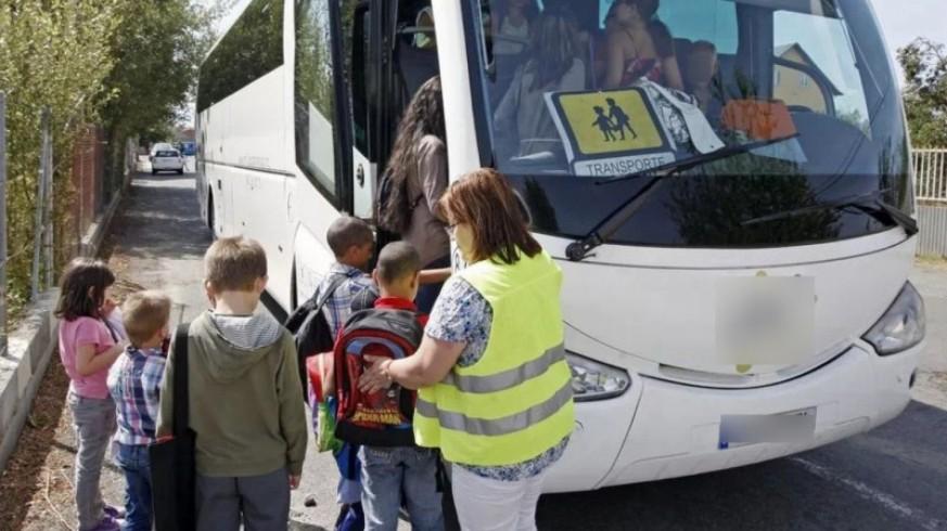 Niños subiendo a un autobús escolar. FROET
