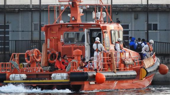 Embarcación de Salvamento Marítimo traslada inmigrantes al puerto de Almería. Foto: @Heroesdelmar
