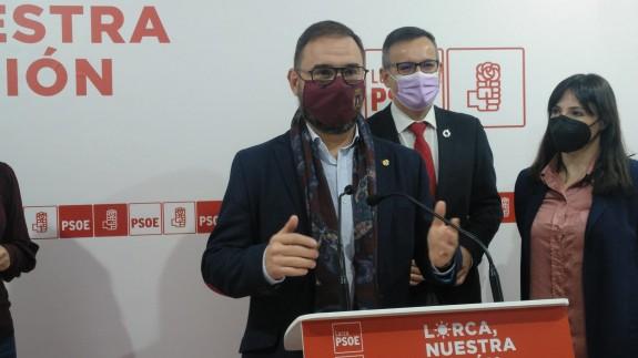 El alcalde, Diego José Mateos, y el secretario regional del PSOE, Diego Conesa, en rueda de prensa. ALFONS MARTÍNEZ