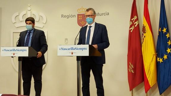 López Miras junto al consejero de Salud en la rueda de prensa tras el Comité Covid