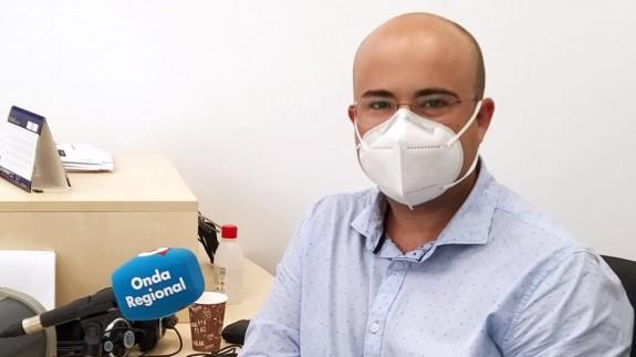 Martín Candela Azorín en los estudios de Onda Regional en Yecla
