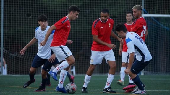 Pablo Haro, que jugó tras varios meses fuera por lesión, intenta controlar el balón. Foto: Real Murcia
