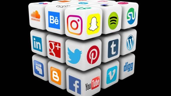 Cubo Rubik con logos de redes sociales