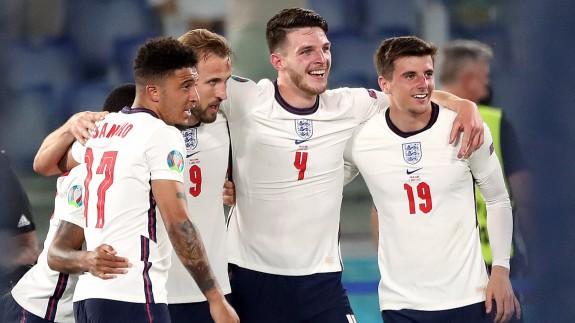 Jugadores ingleses tras la victoria en cuartos frente a Ucrania